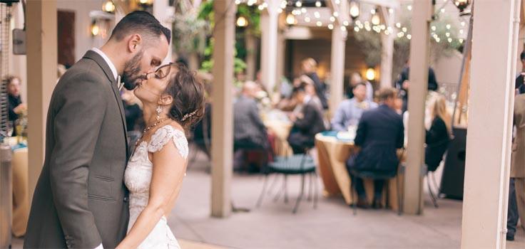 cosmopitan-wedding-courtyard-kiss